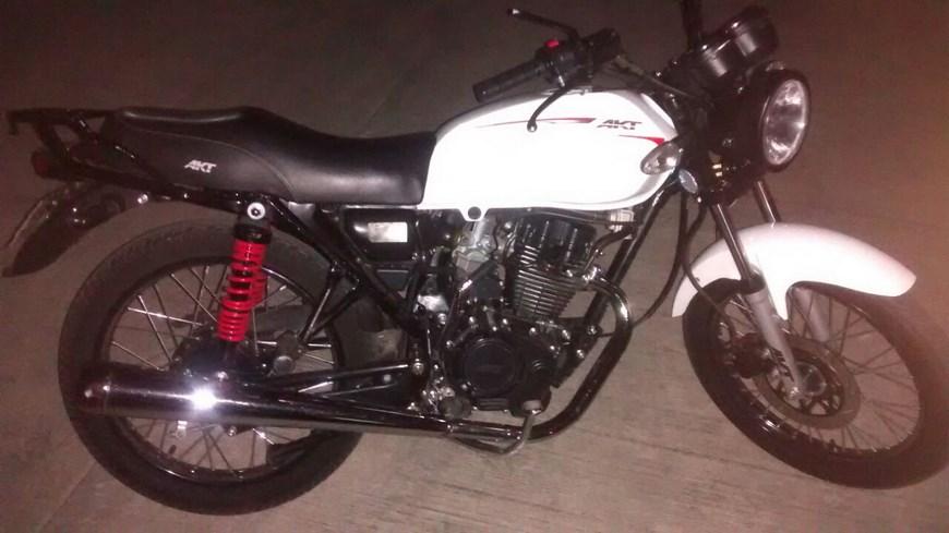 Una de las motos en las que huían. Foto: Cortesía