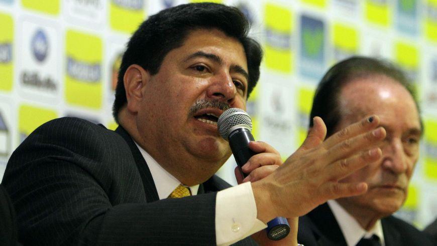En la imagen, el presidente de la Federación Colombiana de Fútbol (FCF), Luis Bedoya (i). EFE/Archivo