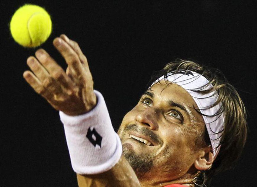 El tenista español David Ferrer fue registrado al servir una bola al italiano Fabio Fognini, durante la final masculina del Torneo Abierto de Río de Janeiro. EFE
