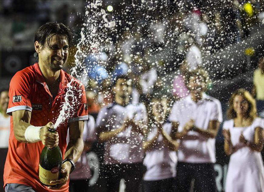 El tenista español David Ferrer fue registrado al celebrar su victoria sobre el italiano Fabio Fognini en la final masculina del Torneo Abierto de Río de Janeiro. EFE