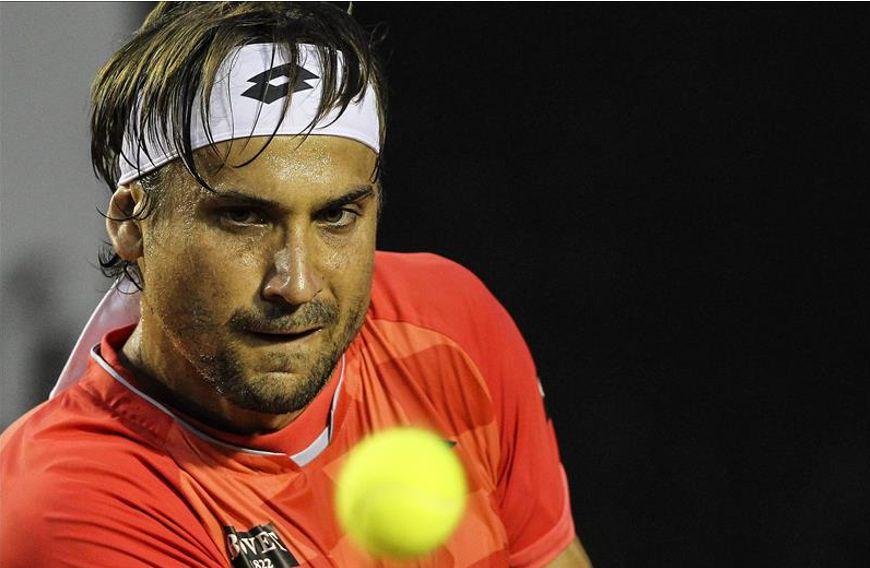 El tenista español David Ferrer fue registrado este domingo al devolverle una bola al italiano Fabio Fognini, durante la final masculina del Torneo Abierto de Tenis de Río de Janeiro. EFE
