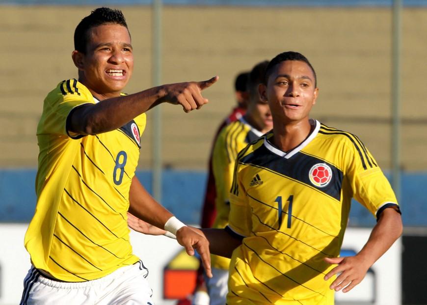 David Josué Pérez Martínez (i) de Colombia celebra tras anotar un gol ante Venezuela, este 11 de marzo de 2015, durante un partido del Sudamericano Sub 17 por la clasificación al Mundial de la categoría a jugarse del 17 de octubre al 8 de noviembre de 2015 en Chile, en el estadio Nicolás Leoz de Asunción (Paraguay). EFE