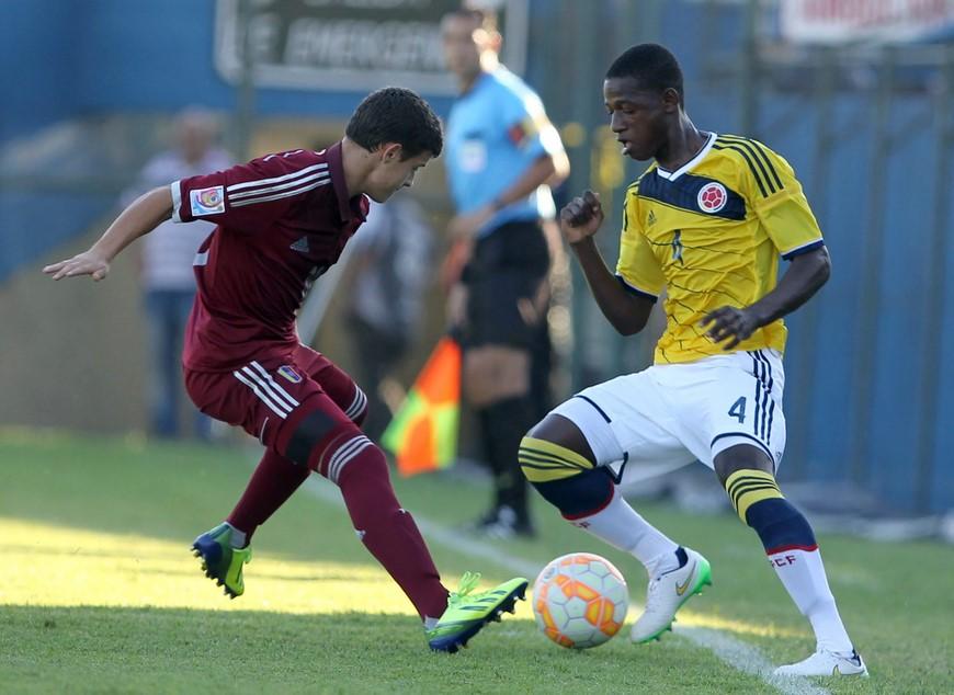 Daniel Saggiomo (i) de Venezuela disputa el balón con Anderson Arroyo Córdoba (d) de Colombia, este 11 de marzo de 2015, durante un partido del Sudamericano Sub 17 por la clasificación al Mundial de la categoría a jugarse del 17 de octubre al 8 de noviembre de 2015 en Chile, en el estadio Nicolás Leoz de Asunción (Paraguay). EFE