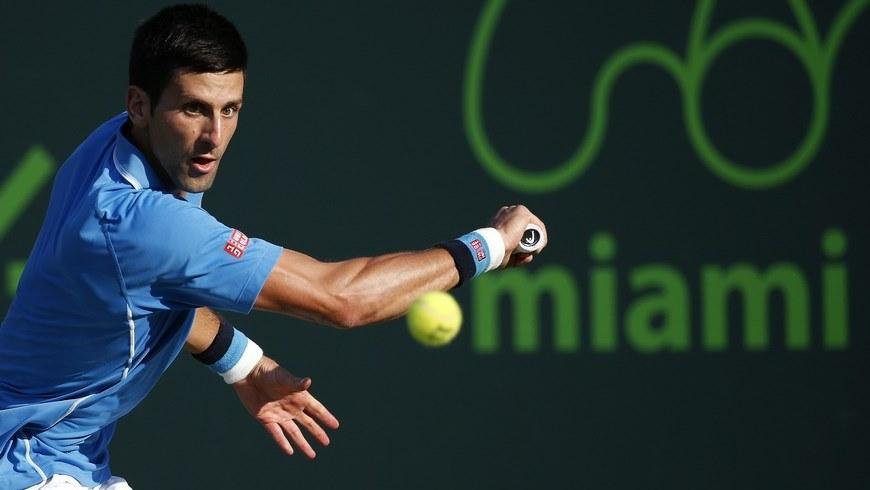 El tenista Novak Djokovic de Serbia devuelve una bola a Steve Darcis de Bélgica, este 30 de marzo de 2015, durante un partido de la tercera ronda del Torneo de Miami disputado en Key Biscayne, Miami, Florida (EE.UU.). EFE