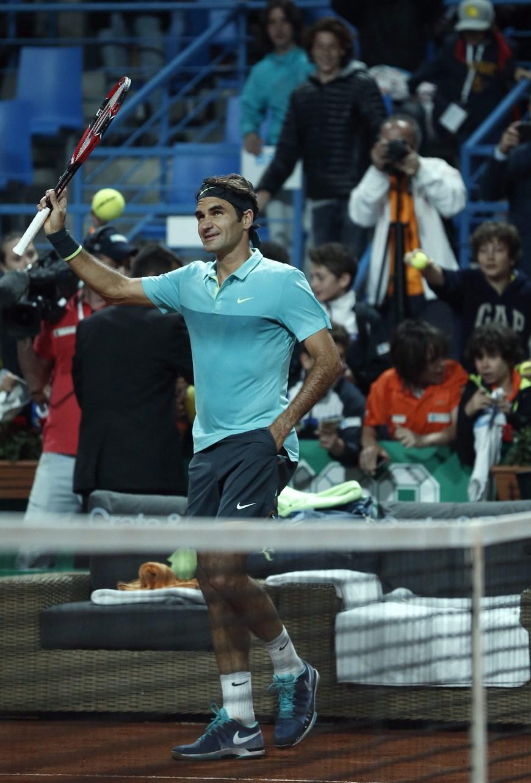 El tenista suizo Roger Federer celebra su victoria ante el finlandés Jarkko Nieminem durante el partido de la primera ronda del torneo de tenis de Estambul, Turquía, que ambos han disputado hoy, miércoles 29 de abril de 2015. EFE/Tolga Bozoglu