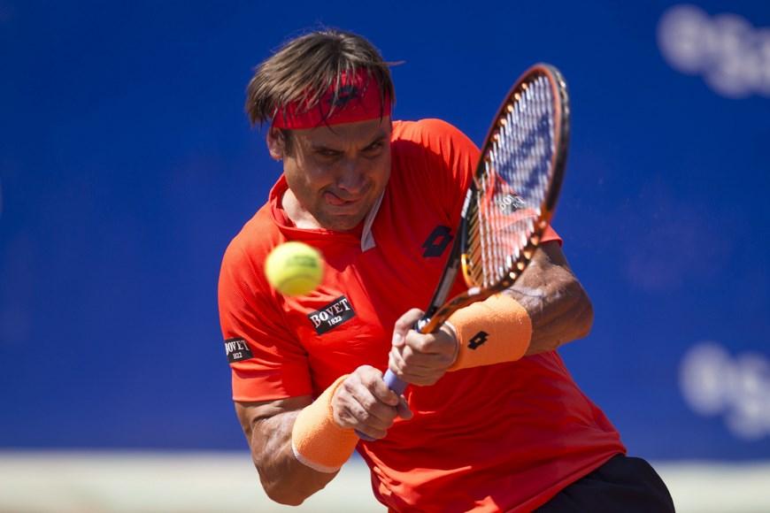 El tenista español David Ferrer devuelve una pelota durante el partido contra el sueco Elias Ymer, al que ha ganado por 6-3 y 6-4, en la cuarta jornada del Barcelona Open Banc Sabadell-Trofeo Conde de Godó de tenis, en las instalaciones del Real Club de Tenis Barcelona. EFE