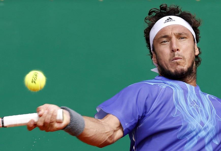 El tenista argetntino Juan Monaco devuelve una bola al suizo Stanislas Wawrinka durante el partido de segunda ronda del torneo de Montecarlo que ambos disputaron en Roquebrune Cap Martin, Francia, hoy, 15 de abril de 2015. EFE