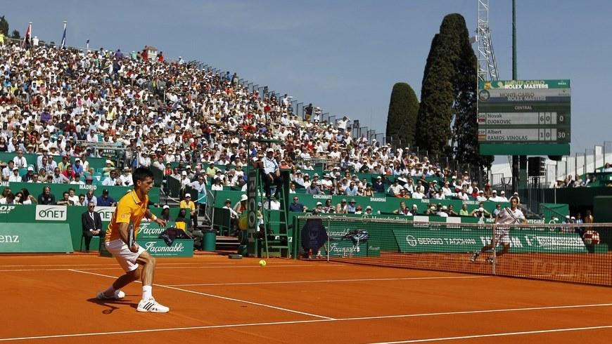 El tenista serbio Novak Djokovic (i) devuelve una bola al español Albert Ramos (d) durante el partido de segunda ronda del torneo de Montecarlo que ambos disputaron en Roquebrune Cap Martin, Francia. EFE
