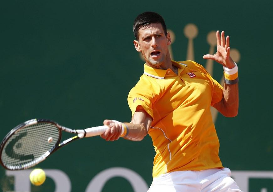 El tenista serbio Novak Djokovic devuelve una bola al español Albert Ramos durante el partido de segunda ronda del torneo de Montecarlo que ambos disputaron en Roquebrune Cap Martin, Francia. EFE