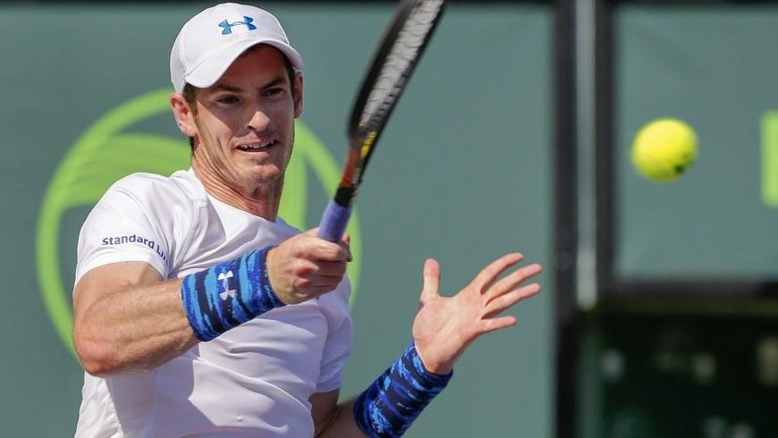 El tenista británico Andy Murray devuelve una bola al austríaco Dominic Thiem este miércoles 1 de abril de 2015, durante un juego de los cuartos de final del Abierto de Tenis de Miami, realizado en Cayo Vizcaino, Miami (FL, EE.UU.). EFE