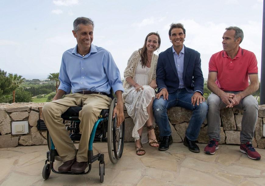 El tenista Rafael Nadal (2d) junto al deportista extremo con discapacidad Jorge Font (i) a la empresaria Carmen Cordón y al extenista Alex Corretja (d) durante la rueda de prensa sobre el Congreso Lo Que De Verdad Importa (LQDVI). EFE