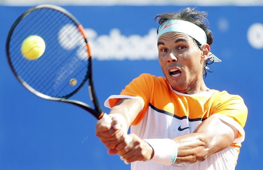 El tenista español Rafael Nadal devuelve la pelota durante el partido de tenis jugado hoy frente al español Nicolás Almagro, en la tercera jornada del Barcelona Open Banc Sabadell-Trofeo Conde de Godó de tenis. Nadal ha ganado por 6-3 y 6-1. EFE