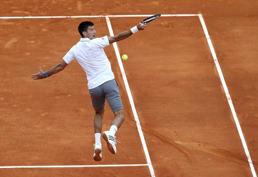 El tenista serbio Novak Djokovic devuelve una bola al austríaco Andreas Haider-Maurer durante el partido de tercera ronda del torneo de Montecarlo. EFE