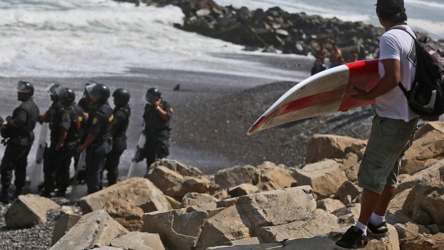 Policías fueron registrados este jueves al vigilar una playa, luego de un enfrentamiento con tablistas tras la decisión de la Municipalidad de Lima de colocar rocas en la playa La Pampilla, para evitar que el oleaje destruya una vía en construcción en Lima (Perú). EFE