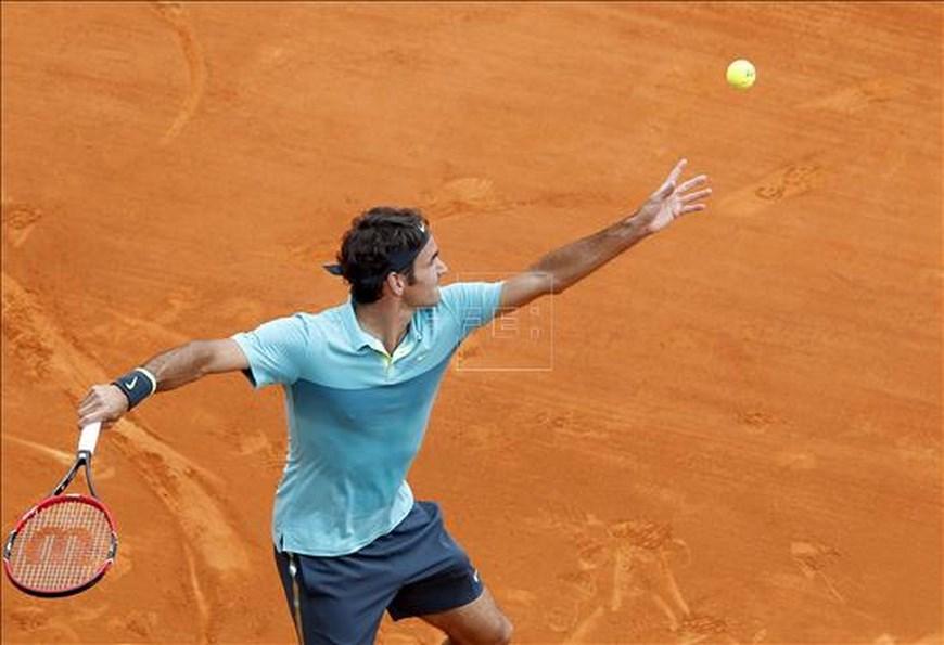 El tenista suizo Roger Federer realiza un saque ante el francés Jeremy Chardy durante el partido de segunda ronda del torneo de Montecarlo que ambos disputaron en Roquebrune Cap Martin, Francia, hoy, 15 de abril de 2015. EFE