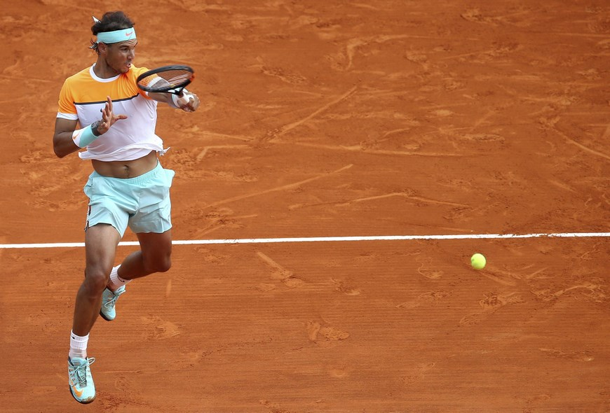 El tenista español Rafael Nadal devuelve una bola al estadounidense John Isner durante el partido de tercera ronda del torneo de Montecarlo que ambos disputaron en Roquebrune Cap Martin, Francia, hoy, 16 de abril de 2015. EFE
