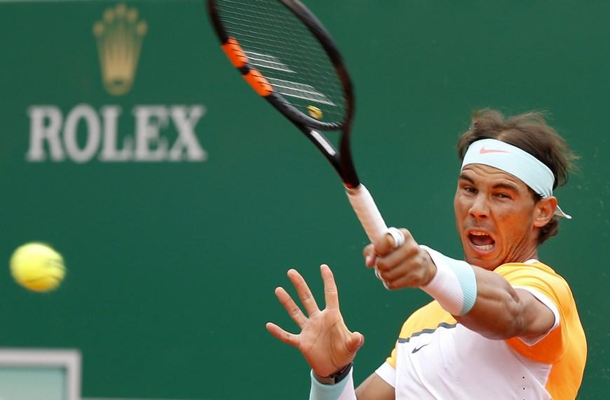 El tenista español Rafael Nadal devuelve una bola al francés Lucas Pouille durante el partido de segunda ronda del torneo de Montecarlo que ambos disputaron en Roquebrune Cap Martin, Francia, hoy, 15 de abril de 2015. EFE