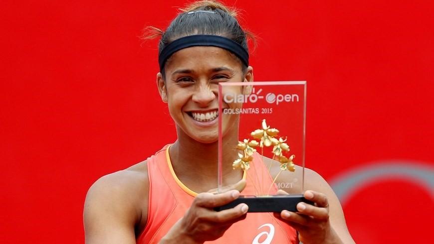 La tenista brasileña Teliana Pereira fue registrada este domingo al levantar el trofeo de campeona del Claro Open Colsanitas de Tenis, tras vencer a la kazaja Yaroslava Shvedova, en Bogotá (Colombia). Pereira se impuso con parciales 7-6 (2) y 6-1. EFE