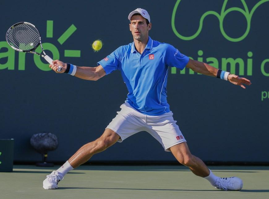 El serbio Novak Djokovic devuelve una bola al ucraniano Alexandr Dolgopolov, este 31 de marzo de 2015, durante un partido del Torneo de Miami, en Cayo Vizcaíno, Florida (EE.UU.). EFE