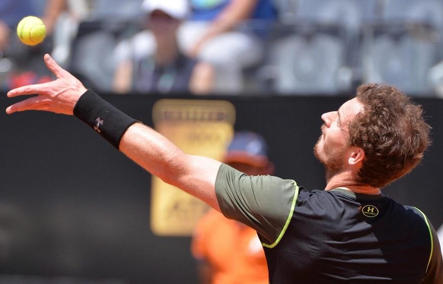 El tenista británico Andy Murray realiza un saque ante el francés Jeremy Chardy durante el partido de segunda ronda del torneo de tenis de Roma que ambos disputaron en el Foro Itálico de la capital italiana, hoy, 13 de mayo de 2015. EFE/MAURIZIO BRAMBATTI