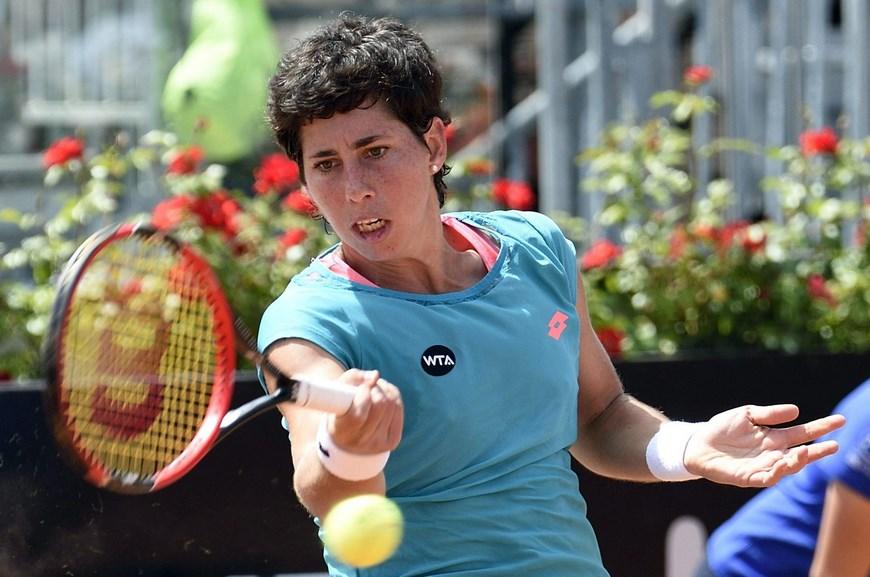 La tenista española Carla Suarez Navarro devuelve la bola a la canadiense Eugenie Bouchard durante el partido que enfrentó a ambas en la tercera ronda del torneo de Roma (Italia) hoy, jueves 14 de mayo de 2015. EFE/Maurizio Brambatti