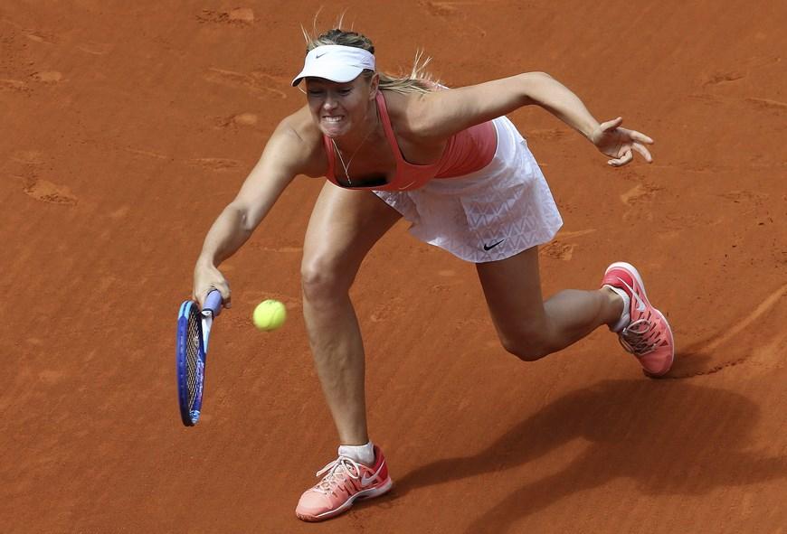 La rusa Maria Sharapova devuelve la bola ante la danesa Caroline Wozniacki, durante el partido de cuartos de final del torneo de tenis de Madrid que se disputa en la Caja Mágica. EFE/Chema Moya