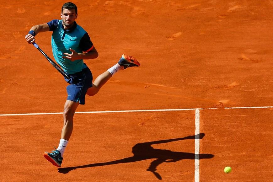 El tenista búlgaro Grigor Dimitrov durante el partido frente al español Rafa Nadal en los cuartos de final del torneo Mutua Madrid Open, que se celebra en la Caja Mágica. EFE/Juanjo Martin