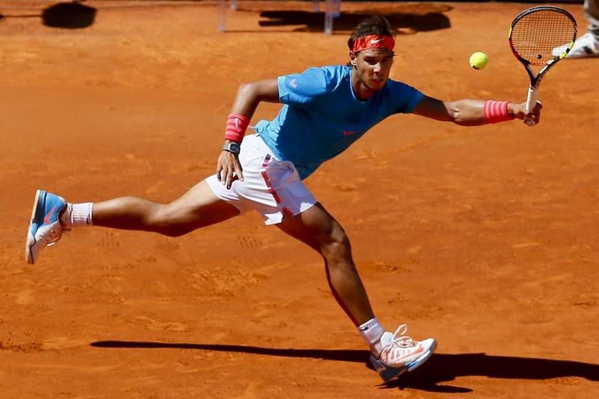 El tenista español Rafa Nadal durante el partido frente al italiano Simone Bolelli, correspondiente a la tercera ronda del torneo de tenis de Madrid que se disputa en la Caja Mágica. Nadal ha vencido por 6-2 y 6-2. EFE/JuanJo Martin.