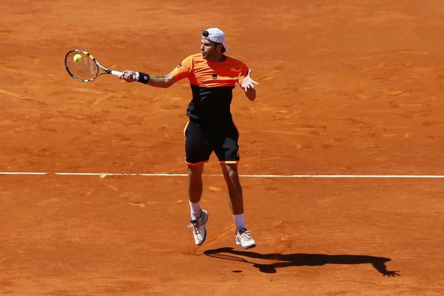 El tenista italiano Simone Bolelli durante el partido frente al español Rafa Nadal, correspondiente a la tercera ronda del torneo de tenis de Madrid que se disputa en la Caja Mágica. Nadal ha vencido por 6-2 y 6-2. EFE/JuanJo Martin.