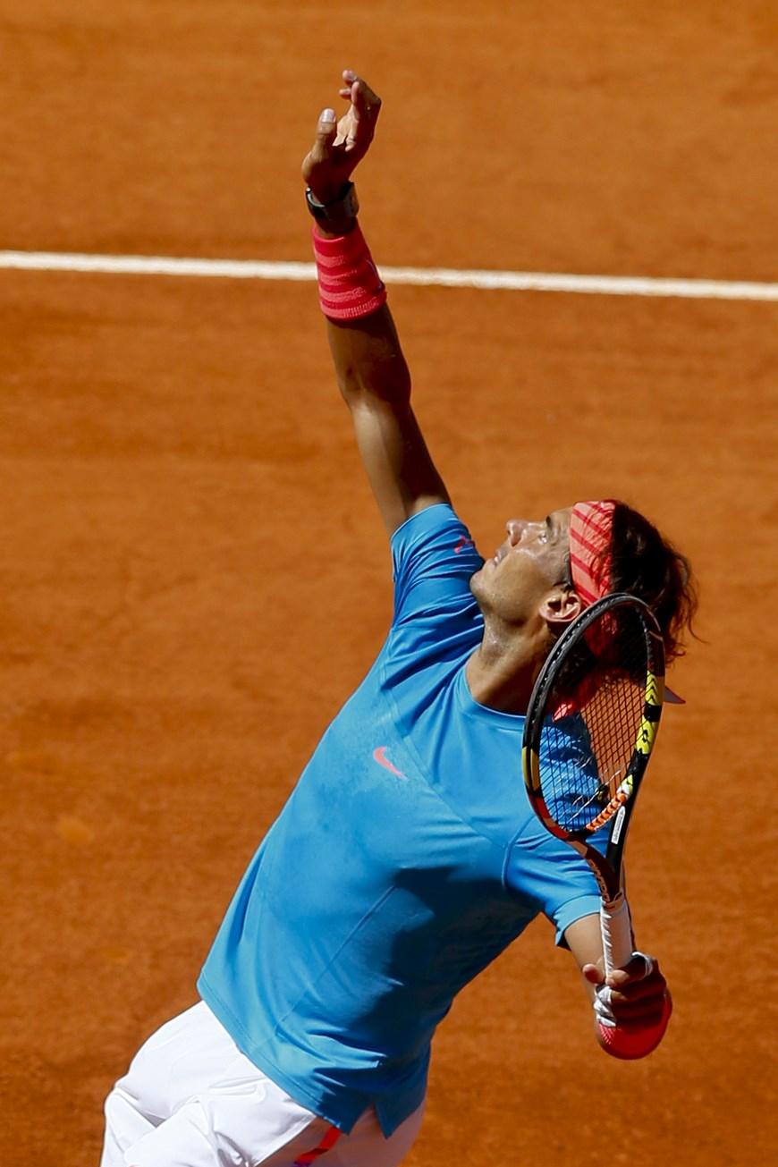 GRA433. MADRID, 07/05/2015.- El tenista español Rafa Nadal durante el partido frente al italiano Simone Bolelli, correspondiente a la tercera ronda del torneo de tenis de Madrid que se disputa en la Caja Mágica. Nadal ha vencido por 6-2 y 6-2. EFE/JuanJo Martin.