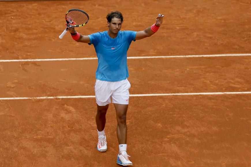 El tenista español Rafa Nadal celebra su victoria tras ganar por 6-4 y 6-3 el partido frente al estadounidense Steve Johnson, de la segunda ronda del torneo Mutua Madrid Open que se celebra estos días en la Caja Mágica. EFE/JuanJo Martín