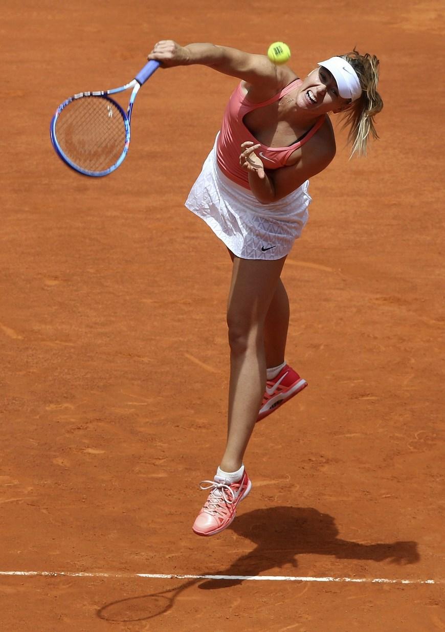 La tenista rusa María Sharapova, realiza un saque durante el partido de la segunda ronda del torneo de Madrid, que disputa frente a la colombiana Mariana Duque-Mariño en la Caja Mágica. EFE/Chema Moya