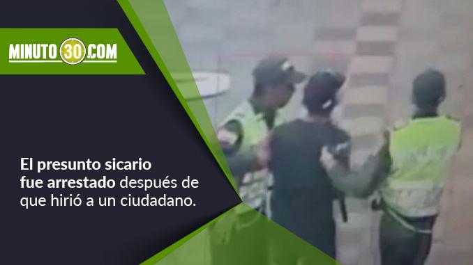 Presunto sicario capturado por auxiliares de la Policía.