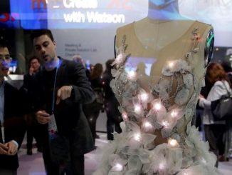 Un vestido de novia con leds que reaccionan cambiando de color según las emociones de la novia se exhibe en el stand de IBM en el Congreso Mundial de Móviles, (MWC, en sus siglas en inglés), que hoy vive su segunda jornada. EFE