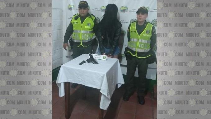Mujer capturada en El Poblado. Le incautaron una pistola.