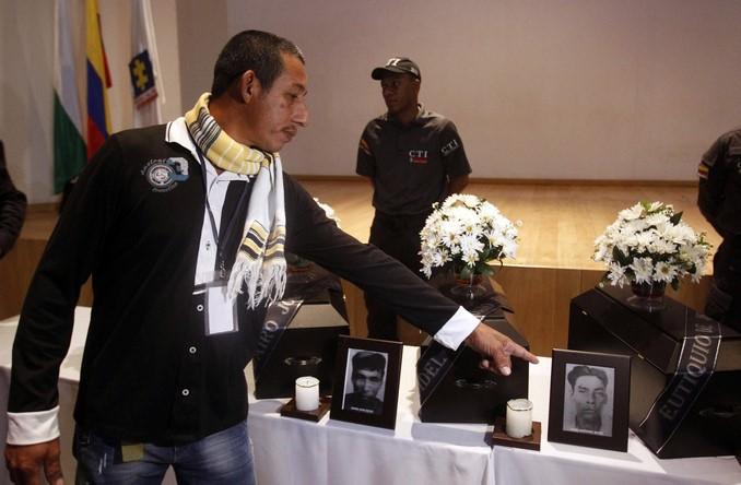 Familiares asisten a la entrega de los restos óseos de víctimas del conflicto armado, hoy, viernes 24 de marzo de 2017, en Medellín