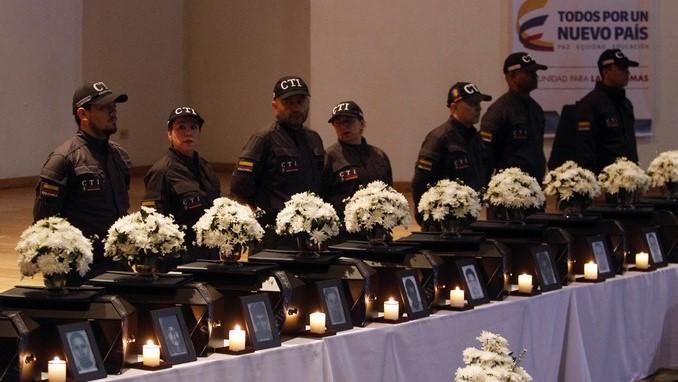 Miembros del Cuerpo Técnico de Investigación entregan los restos óseos de víctimas del conflicto armado, hoy, viernes 24 de marzo de 2017, en Medellín