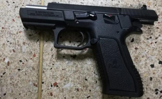 Pistola incautada en Villatina.