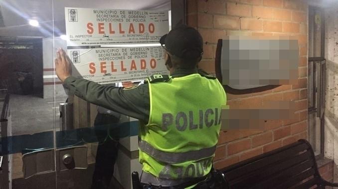 Restaurantes y apartamentos sellados por la Policía.