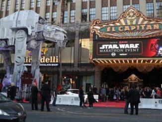 """Aficionados a la saga """"Star Wars"""" asisten al estreno de """"Star Wars: The Last Jedi"""" ayer 14 de diciembre de 2017, en el Teatro Chino TCL de Hollywood (EE.UU.). EFE"""