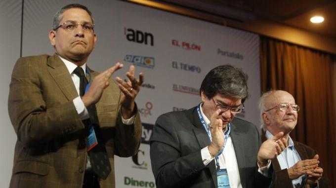Jaime Abello c Javier Dar%C3%ADo Restrepo d y Eduardo Quir%C3%B3s i