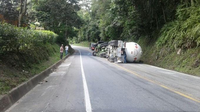 Camion cisterna volcado
