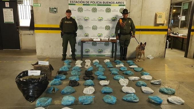Al costado de una quebrada, en el barrio Caicedo, dejaron abandonados varios paquetes con marihuana y munición