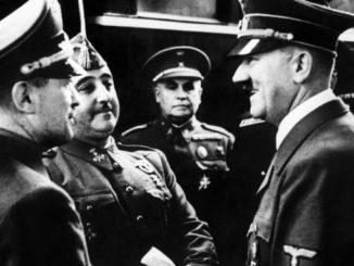 Adolf Hitler y Francisco Franco se entrevistan en la estación de tren de Hendaya, en presencia del Embajador español en Alemania, general Eugenio Espinosa de los Monteros (centro) y de un interprete. EFE/Archivo