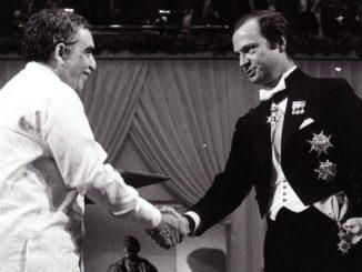 El escritor colombiano Gabriel García Márquez (i) recibía el Premio Nobel de Literatura de manos del rey Carlos Gustavo de Suecia, en 1982. EFE/Archivo