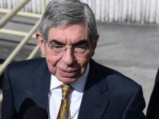 El expresidente de Costa Rica y Premio Nobel de la Paz, Óscar Arias, habla con la prensa. EFE/Archivo