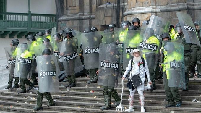 Adulto mayor frente a la Policia en Bogota Copiar