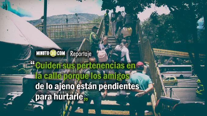 En los puentes de Medellin la Policia sensibiliza a las personas para combatir el hurto