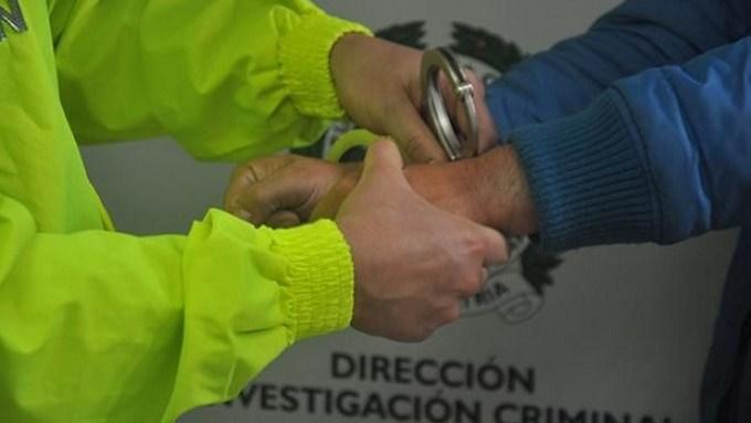 capturado detenido esposado