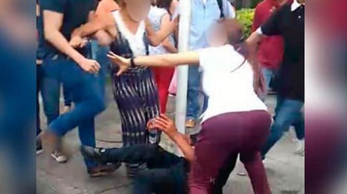mujer salva ladron